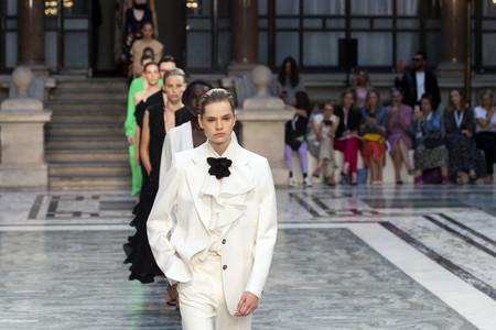 Trenzas de raíz y vestidos fluidos, la tendencia extraída de la colección de Victoria Beckham para la primavera/verano 2020 que llevaríamos desde ya