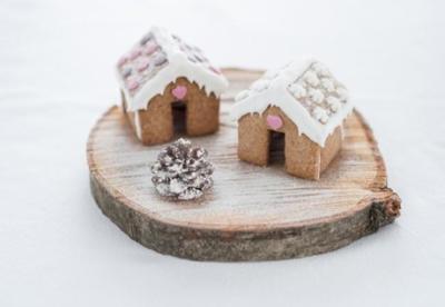 Pequeñas casitas de pan de jengibre para acompañar en Navidad a tu café