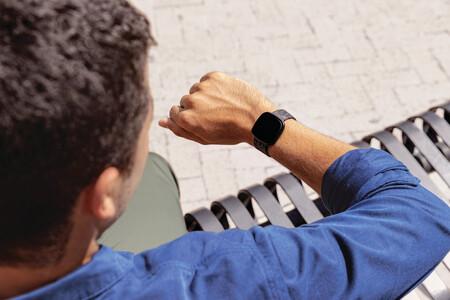 GPS integrado, conexión con asistentes de voz y carga rápida: Fitbit lleva al siguiente nivel su smartwatch Versa