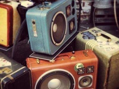 La música retro suena en una Suitcase Sound