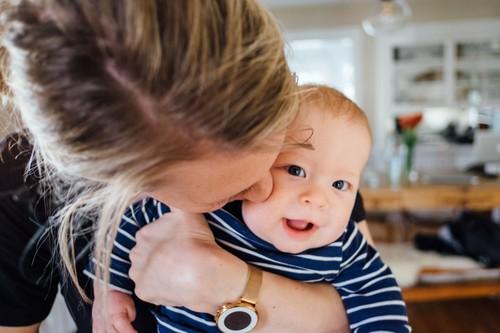 """""""Tengo una bebé feliz y ese es ahora el estándar bajo el cual me juzgo a mí misma como mamá"""": la reflexión viral de una madre"""