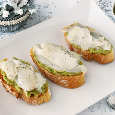 Canapés de crema de aguacate y bacalao: receta fácil de picoteo