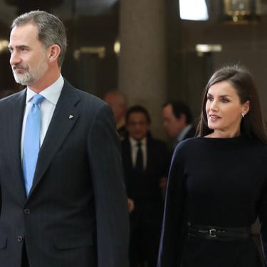 Doña Letizia se apunta a la tendencia de los vestidos de punto con un sofisticado look
