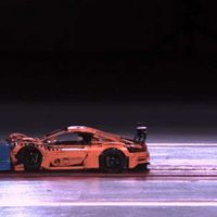 Un Porsche 911 GT3 RS vuela por los aires durante una prueba de choque, pero es de Lego