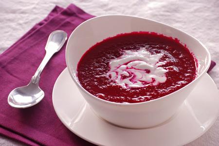 """Crema """"sangrienta"""" de remolacha y tomate con yogur sin lactosa"""