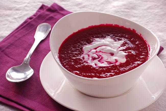 Crema de remolacha y tomate con yogur sin lactosa