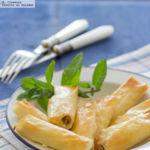 Rollitos crujientes de sardinas y queso crema. Receta de aperitivo para comer con los dedos