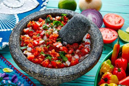 Aprende cómo curar un molcajete para la elaboración de salsas y otras preparaciones tradicionales de la comida mexicana