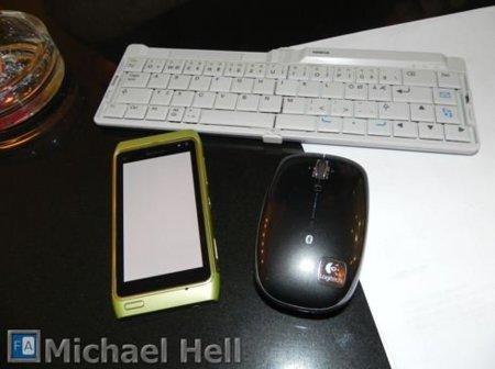 Nokia N8 controlado por un ratón y un teclado Bluetooth