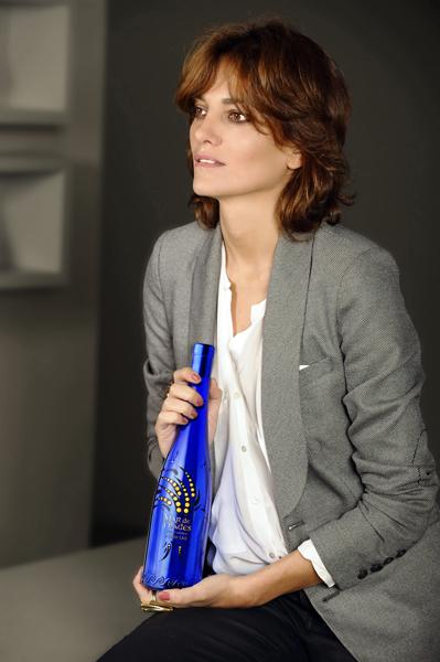 Laura Ponte con botella Mar de Frades