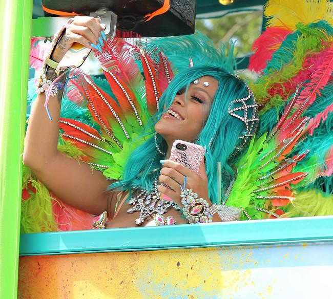 cambio look celebrities rihanna cabello azul