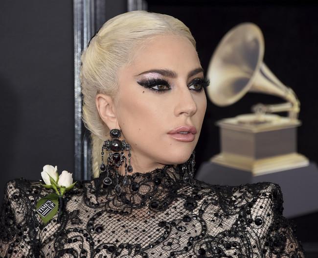 Lady Gaga inaugura la alfombra roja de los Grammys 2018 con un impresionante peinado