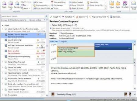 Outlook con los QuickSteps, las conversaciones agrupadas y una invitación a reunión