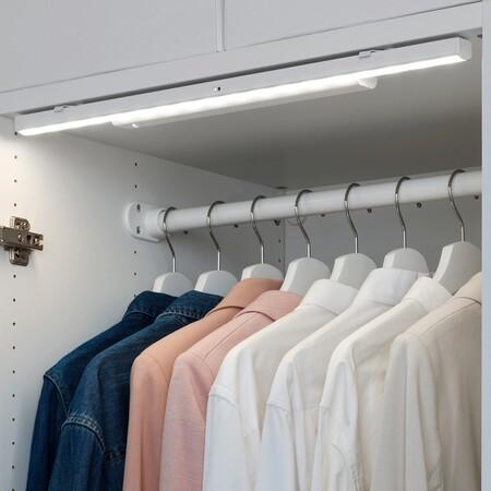 Seis soluciones de Ikea para iluminar de manera muy sencilla el interior de armarios,  librerías e incluso de los cajones