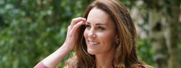 Kate Middleton apuesta por un look con americana, vaqueros y zapatillas blancas ideal para ir a la oficina