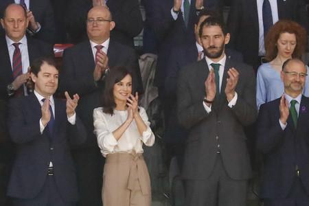 Doña Letizia nos confirma con su look de Uterqüe que los pantalones 'paper bag' siguen de moda