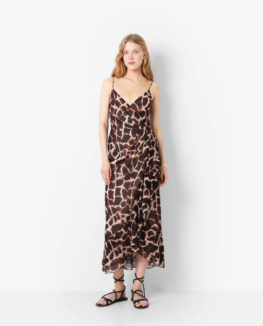 Vestido largo corte cruzado con tirantes finos y estampado animal print