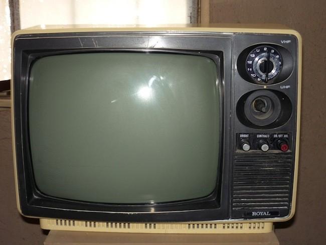 ¿Es malo para los ojos ver demasiado cerca la televisión?