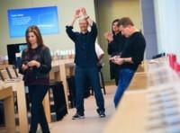 Tim Cook, Eddy Cue y Phil Schiller aparecen por sorpresa en las Apple Store de Palo Alto y Stanford