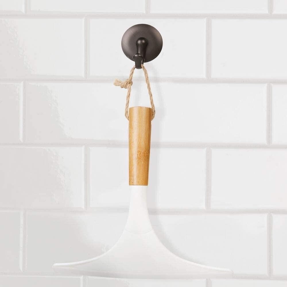 mDesign Juego de 2 limpiadores de cristales para baño – Práctico accesorio para limpiar mamparas de ducha o ventanas – Limpiavidrios de bambú con cordel para colgar – blanco/natural