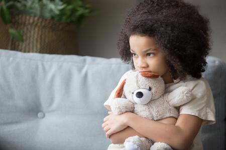 """Por qué decirle a un niño """"pórtate bien"""" resulta confuso, inapropiado y no sirve para educar"""