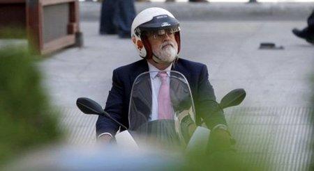 Arias Cañete en moto