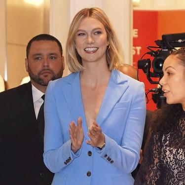 Karlie Kloss afirma que los trajes de chaqueta monocolor también son tendencia en la temporada de verano