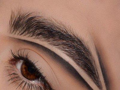 Dar dramatismo al maquillaje delineando las cejas es posible