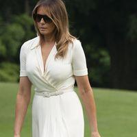 Melania Trump se atreve con un look en blanco de aires muy retro a la vuelta de sus vacaciones