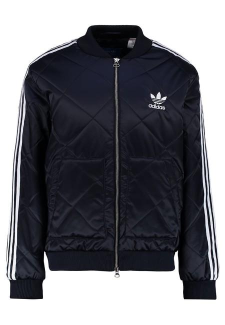241920c6fdebb La chaqueta de plumas en azul marino Superstar de Adidas ahora sólo ...