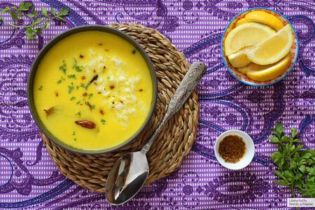 Kadhi o sopa india de yogur, cúrcuma y harina de garbanzos