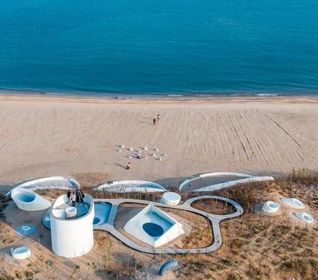 Un museo de arte (oculto) entre las dunas de una playa