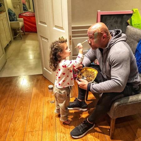 """El lado más tierno de """"La Roca"""": deja que su hija le pinte la cara antes de irse a trabajar"""