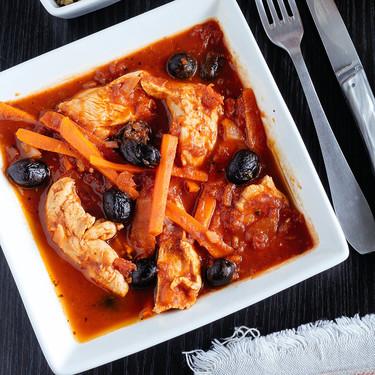 Pollo en salsa de jitomate con aceitunas negras. Receta fácil