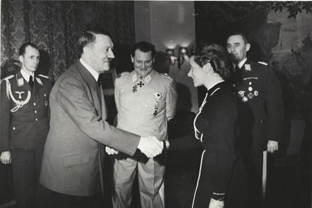 Bundesarchiv B 145 Bild F051625 0295 Verleihung Des Ek An Hanna Reitsch Durch Hitler