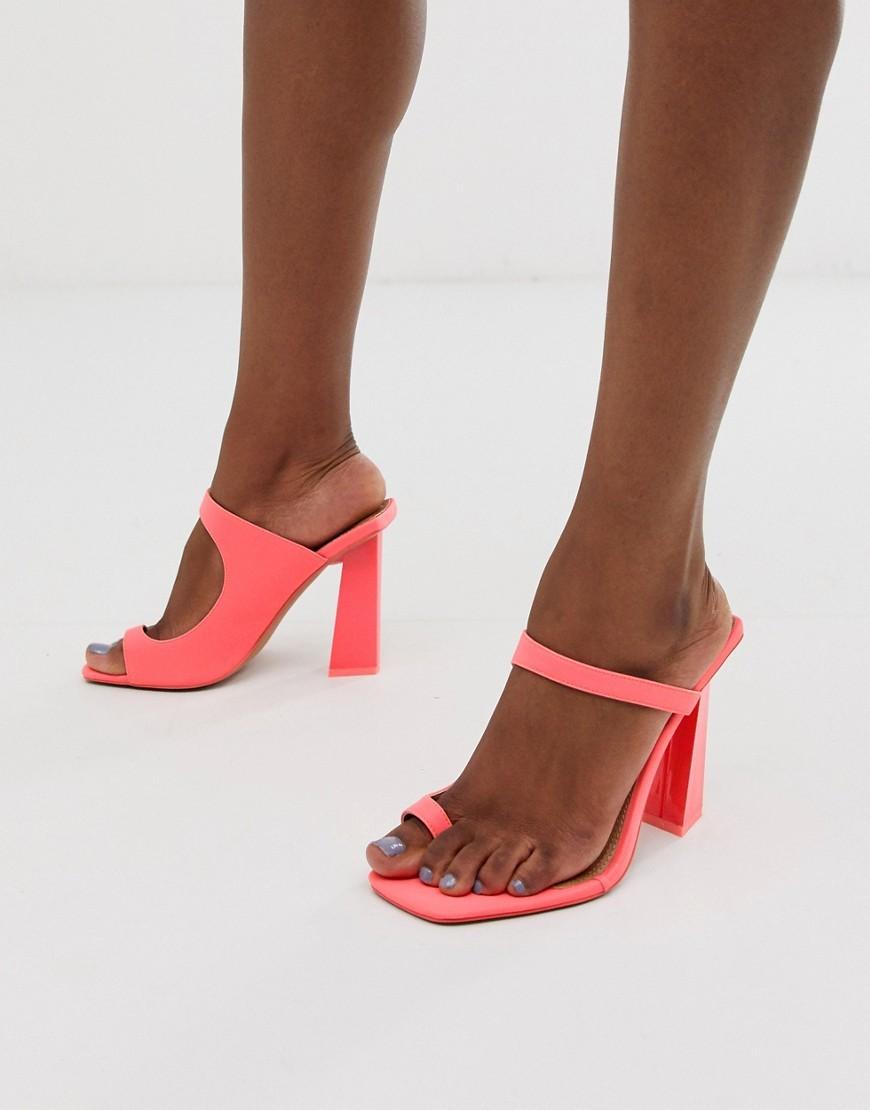 Sandalias de tacón minimalistas con tira en el dedo
