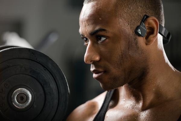 Auriculares de conducción ósea: perfectos para entrenar al aire libre y no aislarnos del medio