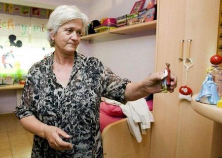 Una abuela consigue un permiso de maternidad para cuidar a su nieta