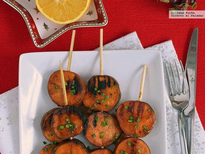 Brochetas de boniato glaseado con naranja, miso y miel. Receta saludable