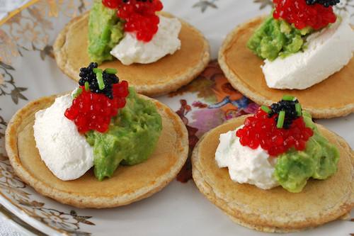 Aperitivo de blinis con aguacate, queso y huevas: receta de fiesta