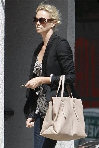 Charlize Theron y Kate Winslet se apuntan a la moda del bolso XXL