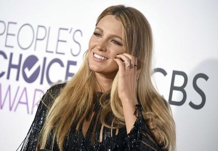 Blake Lively nos sorprende con un estilismo lleno de flecos  en los People's Choice Awards 2017