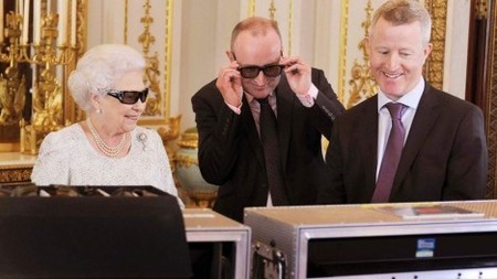 Queen-Elizabeth-II-in-her-3D-glasses