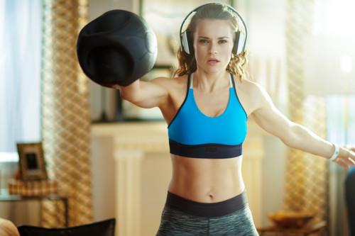 Entrenamiento metabólico: un circuito que puedes hacer en casa con una kettlebell para ponerte en forma en poco tiempo