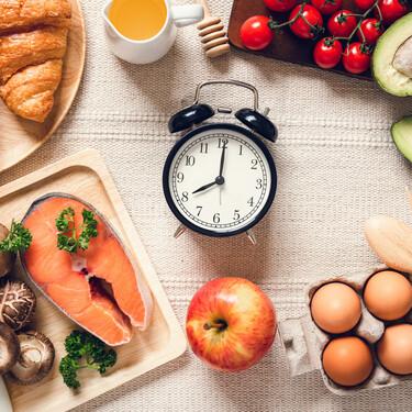 Los alimentos no engordan más por la noche: la clave para adelgazar está en qué comemos, no cuándo lo hacemos