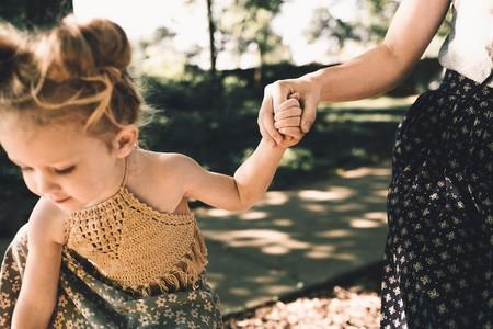 Codo de niñera: cuidado con tirar de los brazos de los niños, puede causar lesiones