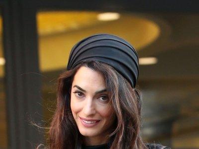 El turbante y el LBD de encaje negro de Amal Clooney para visitar al papa Francisco