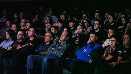 Gente viendo una película