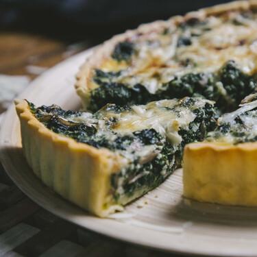 Quiche de espinacas con champiñones y parmesano, receta con verduras para todos los gustos