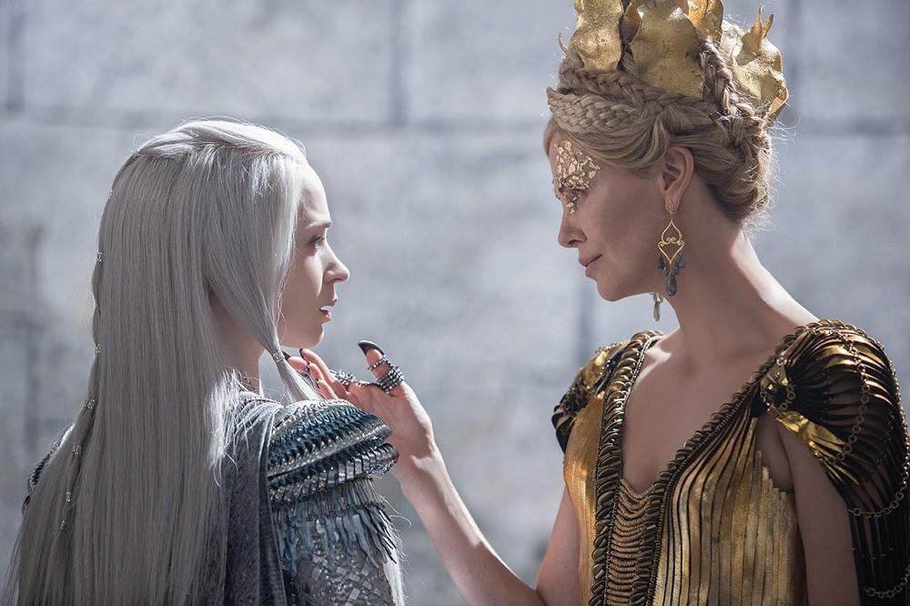 Emily Blunt Y Charlize Theron El Cazador Y La Reina Del Hielo